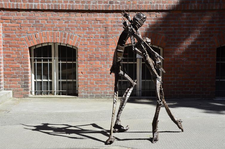 Die Umarmung . 2016 Bronze . Höhe167 cm